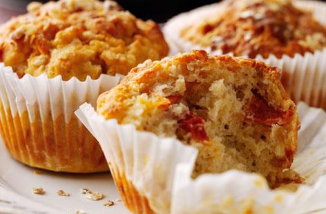 Hartige muffins met kaas en gedroogde tomaat